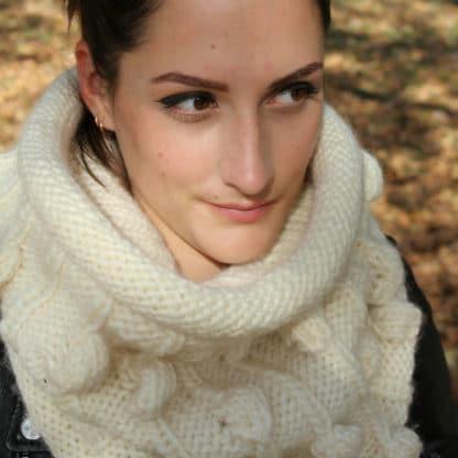 snood avec pompons à tricoter avec une aiguille circulaire