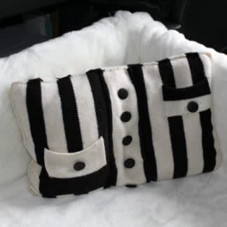 tricoter un coussin avec des boutons et des rayures