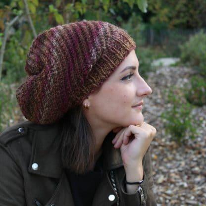 bonnet slouchy à tricoter en côtes décalées