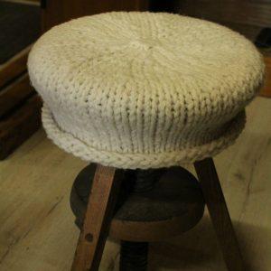 modèle d'une housse de tabouret écrue à tricoter avec la laine de la marque Atelier pure laine